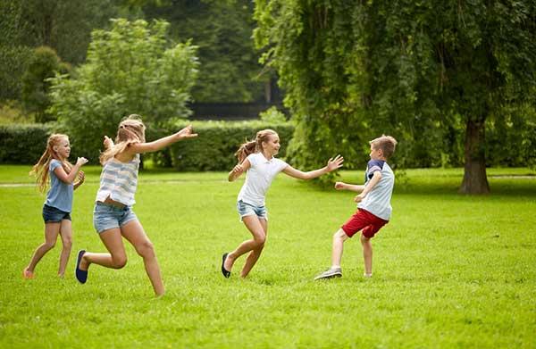 kids-playing-in-yard
